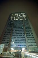 """La scritta: """"Save Tibet"""" sul grattacielo Pirelli."""