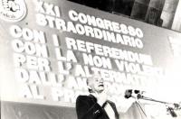 21° congresso straordinario PR. Mauro Mellini parla dalla tribuna, alle sue spalle il banner completo (BN)