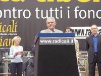 Comizio durante la manifestazione anticlericale a porta Pia. Alla tribuna, Demetrio Neri, ordinario di bioetica all'Università di Messina.