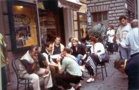 Sergio Rovasio, Rita Bernardini, Gaetano Dentamaro, e altri, riuniti al tavolino del bar.