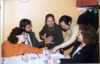 """Cena dei 5 esponenti radicali arrestati in Laos, con i laotiani. Silvja Manzi e Bruno Mellano, durante la cerimonia del """"bachi"""" (consegna braccialetti"""
