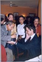 """Cena dei 5 esponenti radicali arrestati nel Laos con i laotiani. Cerimonia del """"BACHI"""" con Olivier Dupuis (consegna di braccialetti di cotone in segno"""