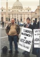 """Antonello Marzano e Daniele Capezzone (che reca il cartello: """"Terroristi palestinesi? In Vaticano! - Radicali Italiani""""), partecipano alla manifestazi"""