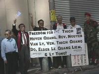 """Giornata mondiale gandhiana-nonviolenta per la democrazia e la libertà anche in Vietnam. Cartello: """"Freedom for pat. Thich Huyen Quang, Rev. Nguyen Va"""