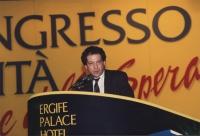 Taradash parla dalla tribuna di un congresso italiano del PR, stretta, con parte del banner