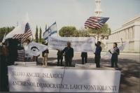 Conferenza stampa, nel primo anniversario della strage del World Trade Center, davanti alla moschea di Roma. Al centro: Rita Bernardini. Altri manifes
