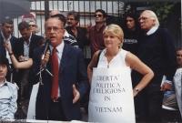 Giornata mondiale gandhiana-nonviolenta per la democrazia e la libertà anche in Vietnam. Tavolo davanti all'ambasciata del Vietnam. Al microfono: ???.