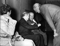 ???, Bruno Villabruna, Arrigo Olivetti e Nicolò Carandini, nel retro del  palcoscenico del teatro Eliseo, durante uno dei convegni degli Amici del Mon