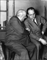 Arrigo Olivetti e Mario Pannunzio, nel retro del palcoscenico del teatro Eliseo, durante uno dei convegni degli Amici del Mondo.
