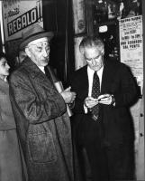 """Ferruccio Parri e Tullio Ascarelli (secondo da sinistra) fuori del teatro Eliseo, dove si tiene il Convegno """"Stato e Chiesa"""", promosso dagli Amici del"""
