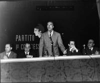 Primo Congresso Nazionale del Partito Radicale. Al tavolo di presidenza, da sinistra a destra: Mario Leone, Franco Libonati, Leone Cattani, Adolfo Gat
