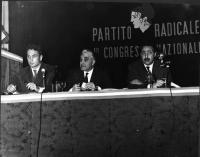 Primo Congresso Nazionale del Partito Radicale. Al tavolo, da sinistra: Marco Pannella, Franco Libonati, Vinicio De Matteis.