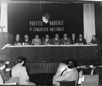 Primo Congresso Nazionale del PR. Da sinistra: Franco Libonati, Guido Calogero, Eugenio Scalfari, Mario Leone, Eugenio Scalfari, Francesco Oneto, Mari