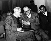 """Ernesto Rossi e Mario Pannunzio, in occasione del Primo Congresso Nazionale del PR. In secondo piano, a sinistra: Anna Garofalo, collaboratrice de """"Il"""
