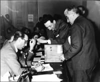 Votazioni durante il Primo Congresso Nazionale del PR. Primo a destra: Francesco Libonati.