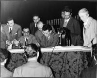 Primo Congresso Nazionale del PR. In piedi, al tavolo di presidenza, a destra: Nina Ruffini, Marco Pannella.