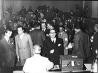 Primo Congresso Nazionale del PR. Vista della sela. In primo piano, al tavolo di presidenza, di spalle: Nina Ruffini. Al centro, in piedi: Alessandro