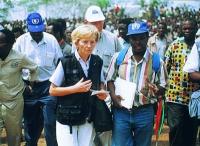 Emma Bonino, in qualità di commissario dell'Unione Europea, visita i campi profughi nella regione di Goma.