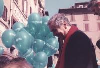 """Enzo Tortora partecipa a una manifestazione antimilitarista. A fianco, palloncini su cui è stampigliata la scritta: """"Apocalypse no(w)""""."""