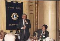 Enzo Tortora al microfono, in un locale del Lions Club,
