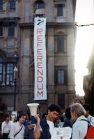 """Uno striscione calato da una finestra di piazza Navona con la scritta: """"Referendum"""", in occasione di una campagna di raccolta di firme."""