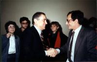 Enzo Tortora. In secondo piano, fra Tortora e l'uomo a cui stringe la mano, Rita Bernardini.