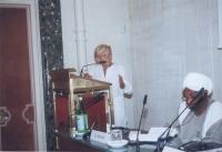 Emma Bonino, alla tribuna. Seduto: Sadek El Mehdi, già Ministro del Sudan (in occasione della tavola rotonda, promossa da No Peace Without Justice, in