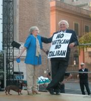 """Comizio anticlericale davanti a porta Pia, nella ricorrenza del 20 settembre. Marco Pannella (che reca il cartello: """"No Vatican no Taliban"""") con Evi G"""