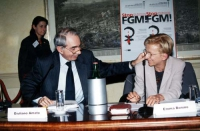 """Giuliano Amato ed Emma Bonino, al tavolo di presidenza del convegno: """"Stop FGM"""", contro le mutilazioni genitali femminili."""