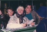 Bonino, Valdemarin (attore) e Cochi Ponzoni (comico) vestito da Befana raccolgono iscrizioni a piazza Navona