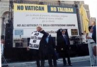 """Comizio anticlericale davanti a porta Pia. Marco Pannella, che indossa il cartello: """"No Vatican no Taliban"""", parla al telefono cellulare. Accanto a lu"""