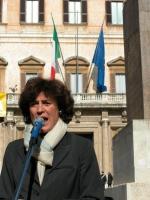Mirella Parachini interviene alla manifestazione davanti a Montecitorio in occasione della discussione della legge sulla fecondazione assistita.