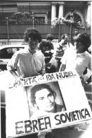 manifestazione davanti all'ambasciata URSS a Roma per la libertà di Ida Nudel e altri ebrei sovietici (BN) buona. Ragazzo tiene un cartello con foto d