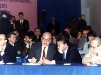Bettino Craxi seduto in platea di un congresso italiano del PR. A destra: Mino Martinazzoli (il volto è coperto da una mano) e Antonio Del Pennino. Di