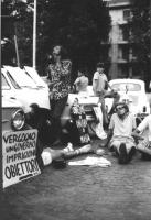"""3a marcia antimilitarista Milano-Vicenza. Gruppo di marciatori a riposo, con cartelli: """"Mi vergogno di un governo che imprigiona gli obiettori"""", """"Obie"""