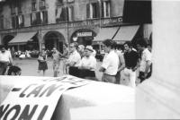 3a marcia antimilitarista Milano-Vicenza. Un gruppo di bresciani ascolta il comizio di Pannella.  A sinistra, sul fondo: Lorenzo Strick Lievers e Aloi