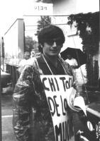 """3a marcia antimilitarista Milano- Vicenza. Roberto Cicciomessere indossa il cartello: """"Chi tocca De Lorenza muore""""."""