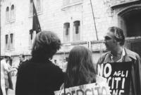 3a marcia antimilitarista Milano-Vicenza. Pannella conversa con due marciatori (Wolf e la sua ragazza).