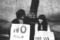 3a marcia antimilitarista Milano-Vicenza. Due marciatori (Wolf, leader di una comunità anarchica nel Veneto e la sua ragazza) indossano cartelli antim