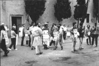 """3a marcia antimilitarista Milano-Vicenza. Gruppo di marciatori, fra gli altri: Roberto Cicciomessere. Cartelli: """"No alla cieca obbedienza"""", """"In questo"""