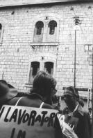 3a marcia antimilitarista Milano-Vicenza. Davanti al carcere militare di Peschiera, Marco Pannella conversa con un manifestante.