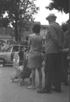 """3a marcia antimilitarista Milano-Vicenza. Cittadini del luogo osservano una macchina della marcia, sulla quale è esposto il cartello: """"Antimilitarismo"""