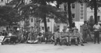 3a marcia antimilitarista Milano-Vicenza. Marciatori e soldati seduti ai giardini pubblici.