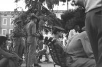 3a marcia antimilitarista Milano-Vicenza. Marciatori e soldati, seduti presso i giardini pubblici. In fondo, a destra: Marco Pannella.