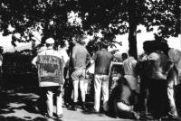 3a marcia antimilitarista Milano-Vicenza.Tratta: San Bonifacio-Arzignano. Gruppo di marciatori con cartelli. Fra gli altri: Marco Pannella in calzoni