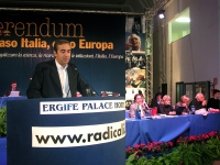 Maurizio Gasparri alla tribuna del Terzo Congresso dei Radicali Italiani. A destra, alla presidenza: Werther Casali, Rita Bernardini, Emma Bonino, Mar