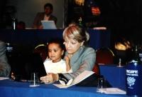 Rita Bernardini, con una bambina, al tavolo di presidenza del Terzo Congresso dei Radicali Italiani.