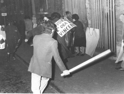 Via della Scrofa. Manifestazione per protestare contro l'ostruzionismo dell'MSI contro la approvazione della legge Fortuna. un esagitato con bastone i