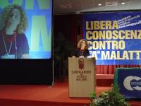 Gallello alla tribuna del terzo congresso dell'Associazione Coscioni. (Banner: Libera conoscenza contro la malattia).