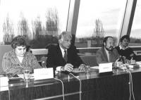 Pannella siede in una conferenza al PE con Vayssade (BN)